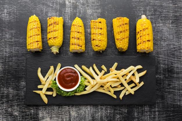 Vista superior de milho e batata frita