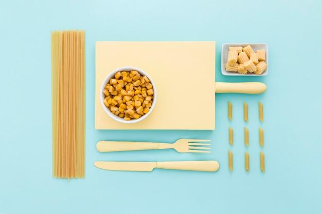Vista superior de milho fresco em cima da mesa