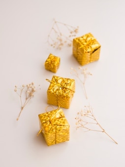 Vista superior de mini caixas de presente ornamentais