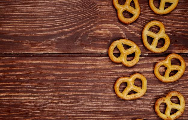 Vista superior de mini pretzels em madeira rústica, com espaço de cópia