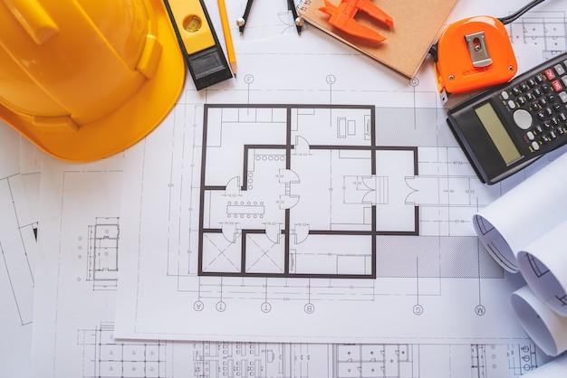 Vista superior de modelos arquitetônicos na mesa de trabalho.