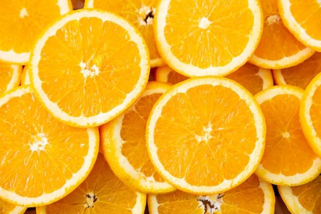 Vista superior de muitas fatias de laranja redondas