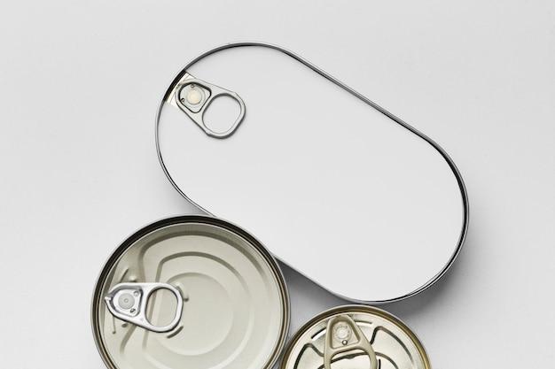 Vista superior de muitas latas com rótulos em branco