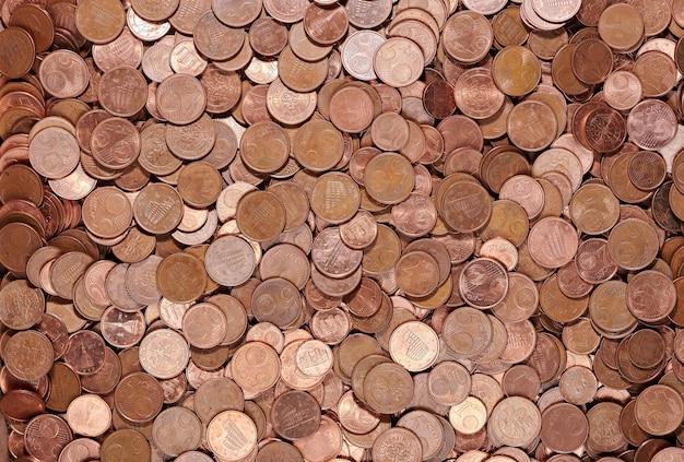 Vista superior de muitas moedas de centavos de euro colocadas em pilha no armazenamento do banco