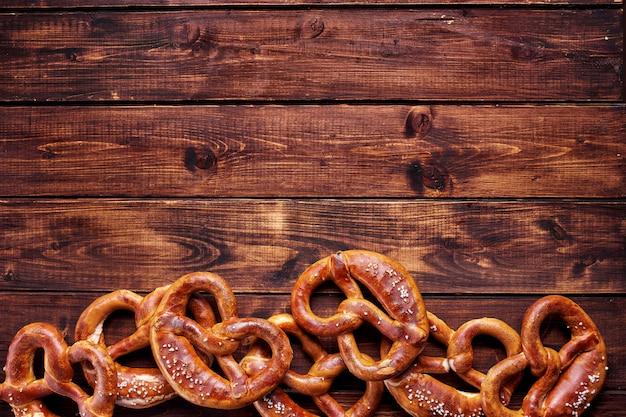 Vista superior de muitos pretzels no fundo de madeira