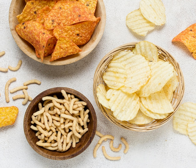 Vista superior de nacho chips e batatas fritas