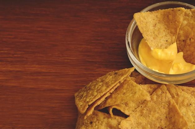 Vista superior de nachos com molho de queijo
