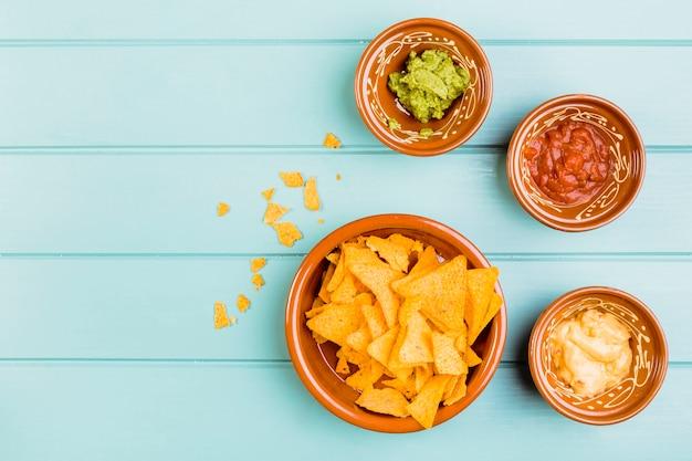 Vista superior de nachos e guacamole