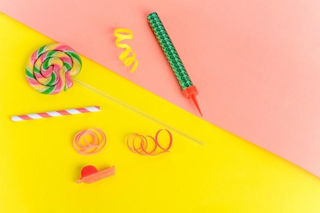 Vista superior de objetos de festa de aniversário em fundo colorido
