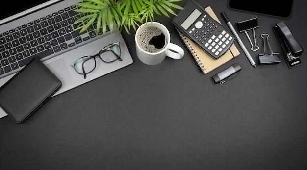 Vista superior de óculos de laptop e artigos de papelaria conceito de espaço de trabalho autônomo com espaço de cópia