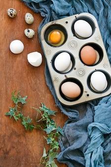 Vista superior de ovos da páscoa coloridos e ovos de codorniz e salgueiros de bichano.