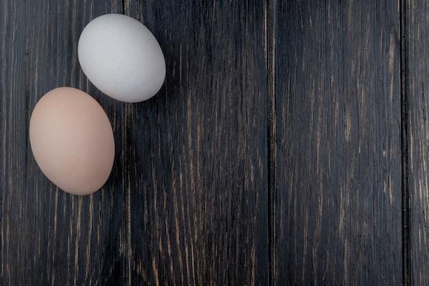 Vista superior de ovos de galinha fresca em um fundo de madeira com espaço de cópia