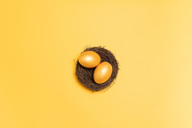 Vista superior de ovos de ouro no ninho