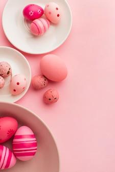 Vista superior de ovos de páscoa coloridos com pratos