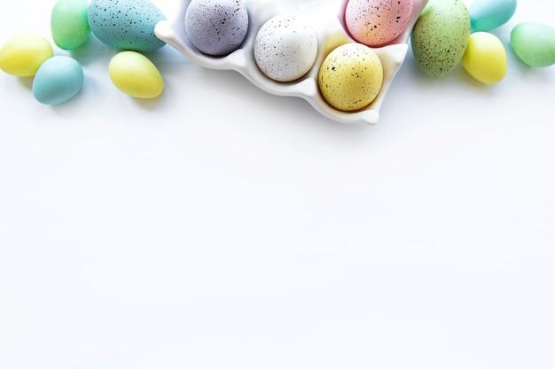 Vista superior de ovos de páscoa pintados e bandeja de ovos