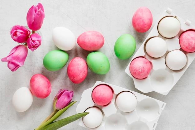 Vista superior de ovos de páscoa sazonais