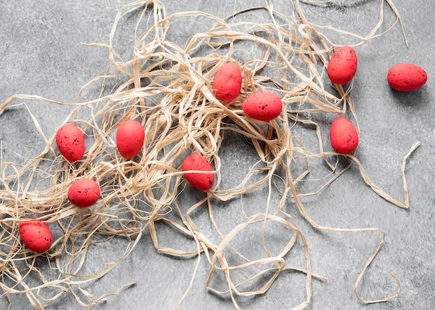 Vista superior de ovos de páscoa vermelhos