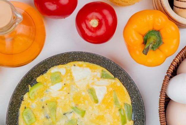 Vista superior de ovos fritos em uma frigideira com vinagre de maçã em um fundo branco