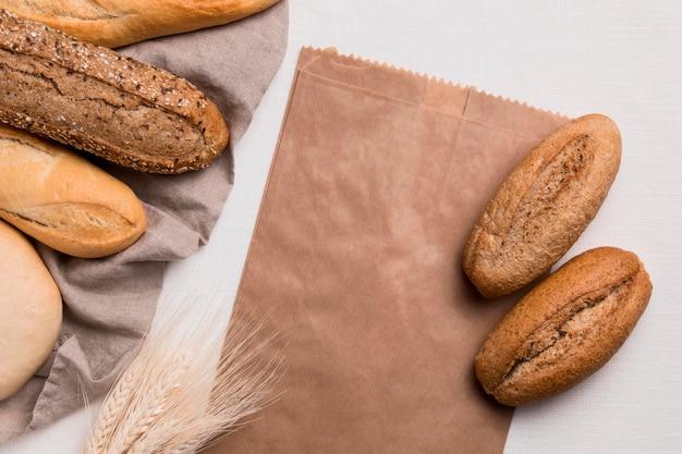 Vista superior de pães e embalagens de papel com trigo