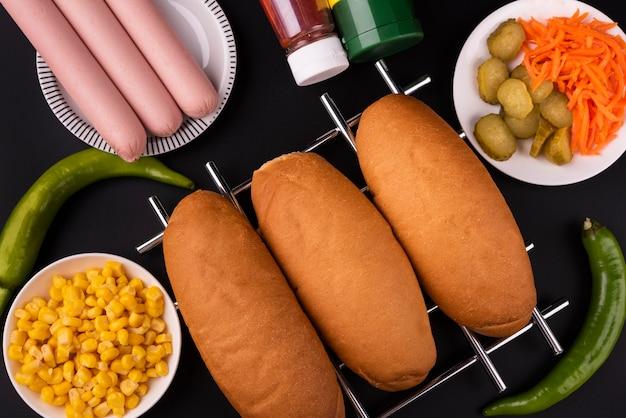 Vista superior de pãezinhos e salsichas para fazer cachorro-quente