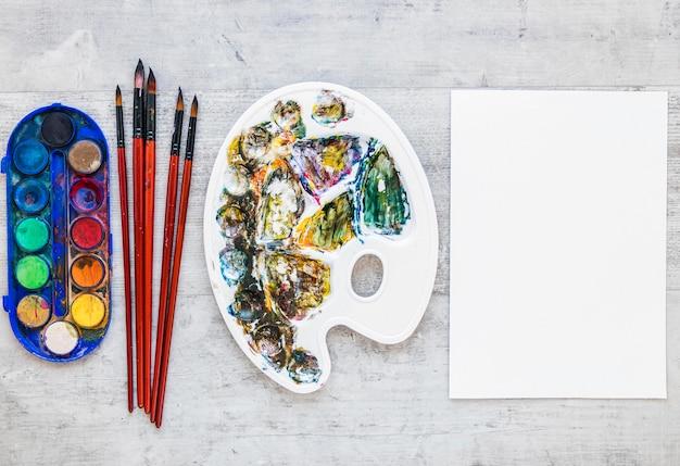 Vista superior de paletas de artistas multicoloridas