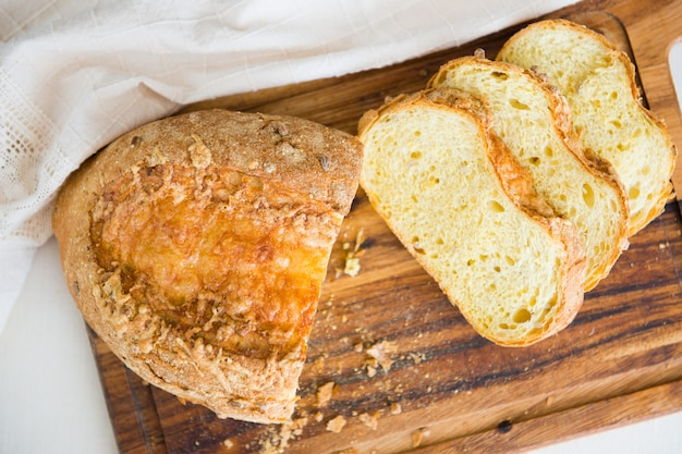 Vista superior de pão de trigo fatiado