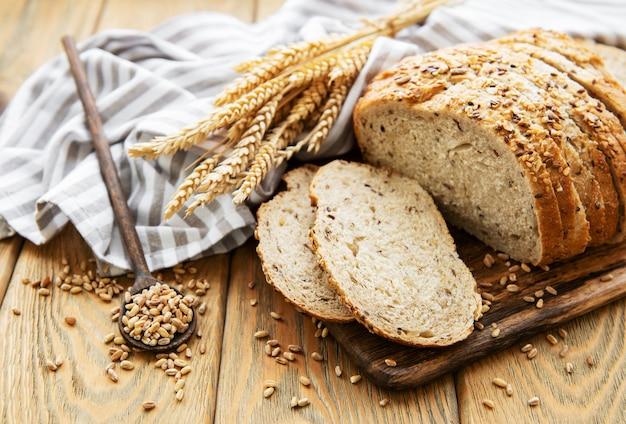 Vista superior de pão fatiado