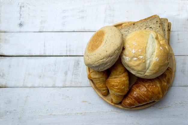 Vista superior de pão fresco na mesa de madeira