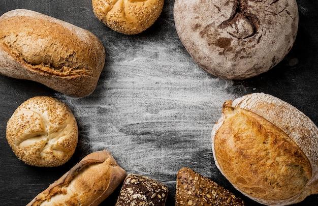 Vista superior de pão integral com espaço de cópia