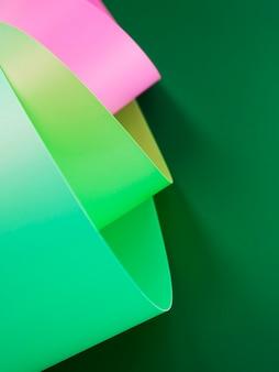 Vista superior de papéis dobrados vibrantes