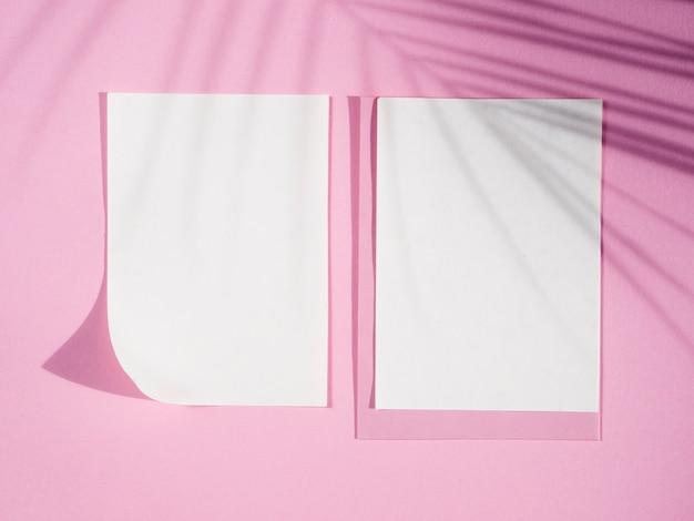 Vista superior de papéis em branco com sombras