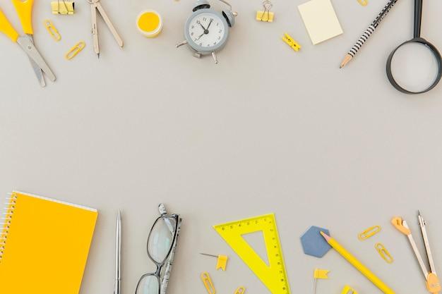 Vista superior de papelaria material de escritório com espaço para texto Foto Premium