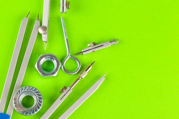 Vista superior de parafusos de aço inoxidável ou pregos de ferro