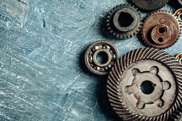 Vista superior de peças antigas de carro enferrujado