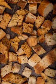 Vista superior de pedaços de pão no fundo de madeira