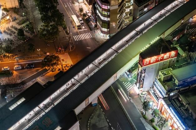 Vista superior, de, pedestres, torcida pessoas irreconhecíveis, esperando, e, ir andando, em, trem, em, trem, estação