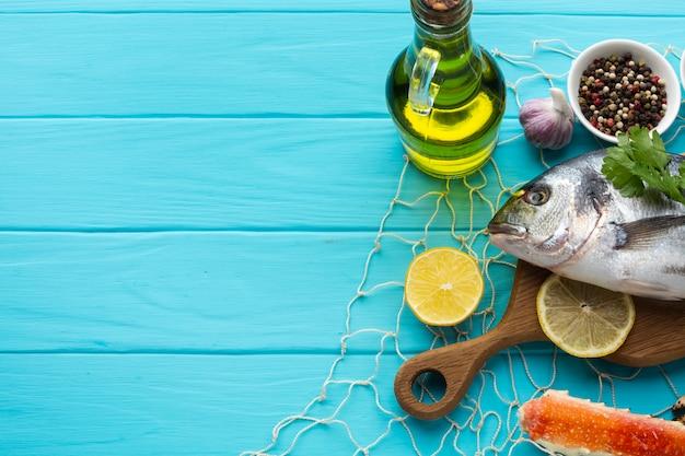Vista superior de peixe com condimentos e óleo