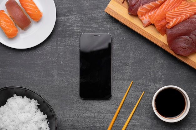 Vista superior de peixe cru e arranjo de smartphone