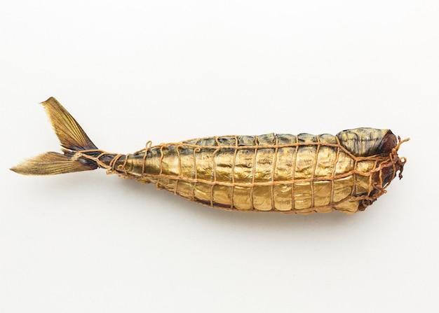 Vista superior de peixe defumado em fundo branco