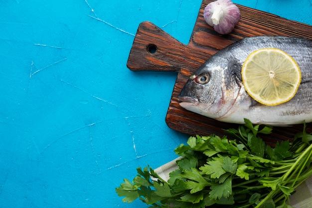 Vista superior de peixe fresco com limão