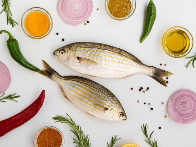 Vista superior de peixes frescos com especiarias