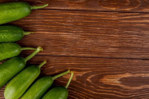 Vista superior de pepinos na madeira com espaço de cópia