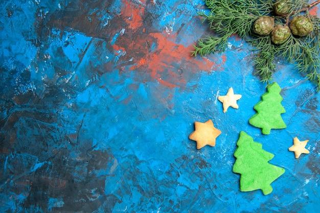 Vista superior de pequenas figuras de árvore na superfície azul