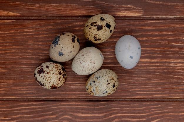 Vista superior de pequenos ovos de codorna frescos em um fundo de madeira