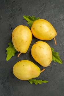 Vista superior de peras doces frescas em fundo cinza