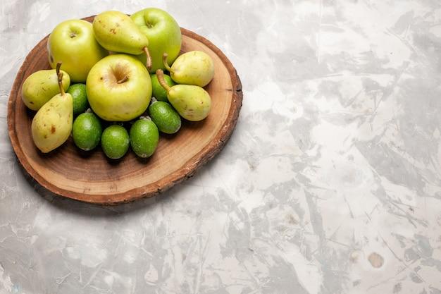 Vista superior de peras frescas maduras com maçãs e feijoa no espaço em branco