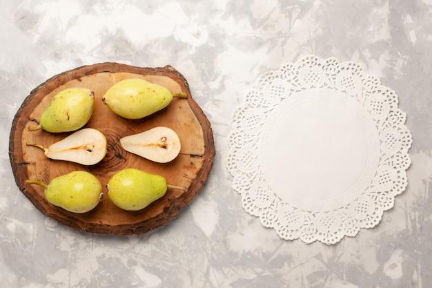 Vista superior de peras frescas maduras em um espaço em branco claro