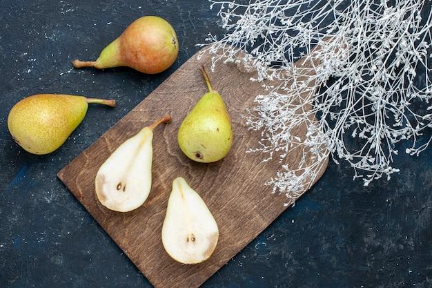 Vista superior de peras frescas maduras inteiras em fatias e frutas doces em uma mesa azul-escura, frutas frescas e maduras alimentos saudáveis