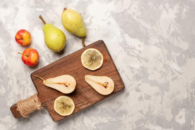 Vista superior de peras frescas maduras no espaço em branco