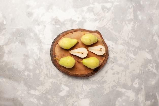 Vista superior de peras frescas maduras, verdes e suculentas no espaço em branco